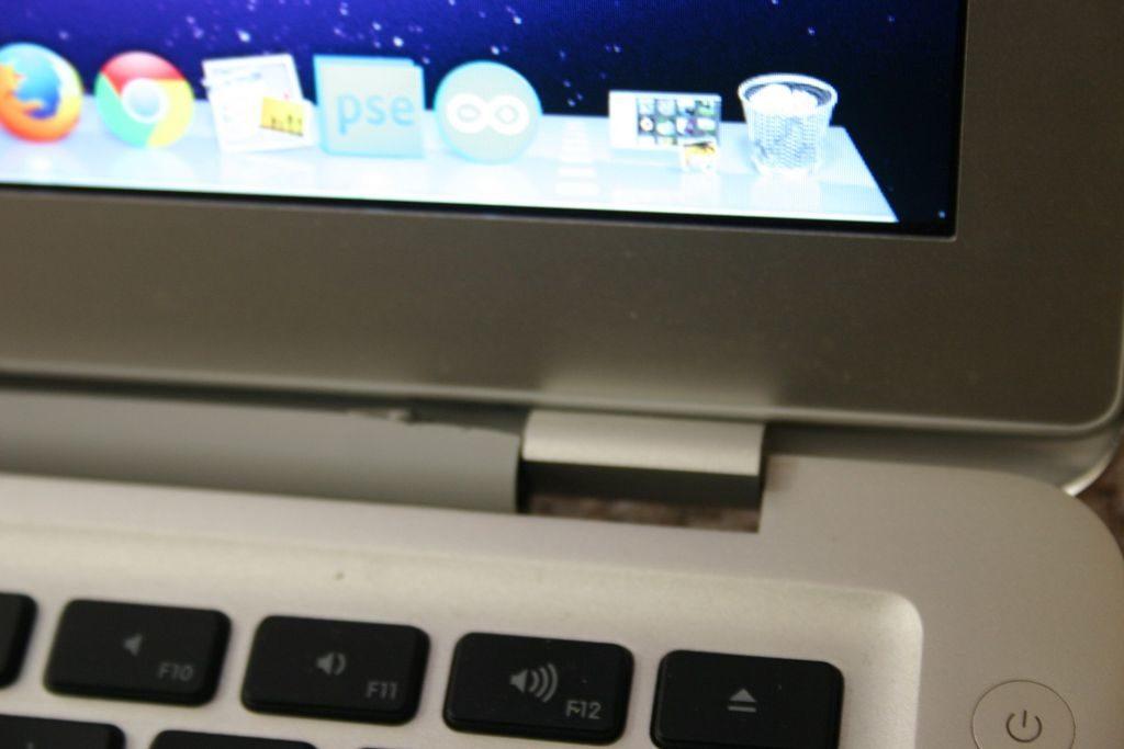Macbook menteşe tamiri